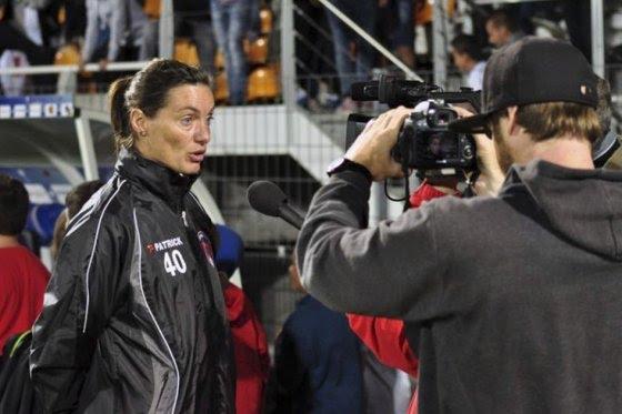 Una Mujer Debuta Como Entrenadora De Un Equipo Profesional En